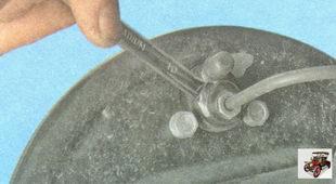 гайка крепления тормозной трубки к заднему тормозному цилиндру