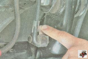освободите упругий рычаг привода регулятора давления тормозов, подняв скобу вверх