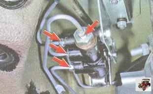 отсоедините четыре тормозных трубки от регулятора давления тормозов