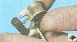 при подсоединении рычага привода к упругому рычагу вилка фиксатора должна войти в проточку на упругом рычаге