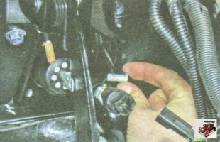 извлеките палец из отверстий вилки толкателя вакуумного усилителя тормозов и педали тормоза