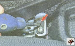 винт крепления выключателя сигнализатора включения ручного тормоза