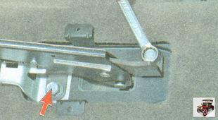 болты крепления кронштейна рычага привода ручного тормоза к основанию кузова