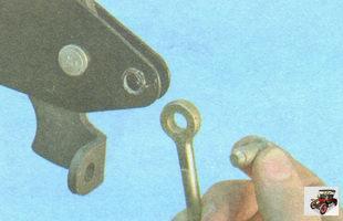 ось тяги с рычага привода ручного тормоза