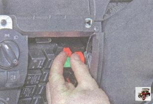 замена предохранителя в монтажном блоке