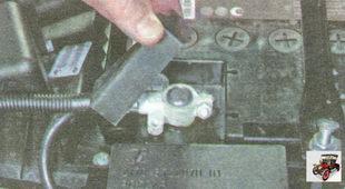 резиновый защитный чехол клеммы «плюс» аккумулятора