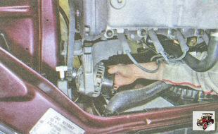 сместите генератор в сторону правого брызговика защиты двигателя