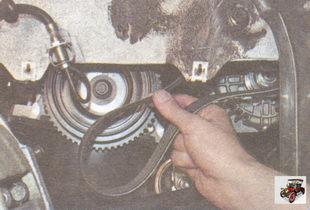 снимите ремень со шкивов генератора и коленвала