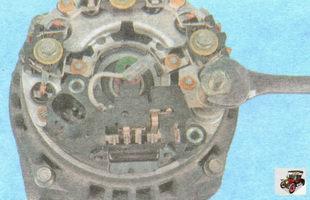 гайка крепления клеммы реле регулятора напряжения генератора к шине выпрямительного блока
