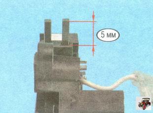 проверьте легкость перемещения щеток в щеткодержателе реле регулятора напряжения генератора