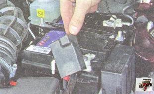 защитная крышка клеммы «плюс» разряженного аккумулятора