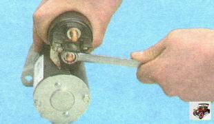 гайка крепления шины к контактному болту стартера