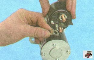 отсоедините шину от контактного болта тягового реле стартера