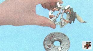 снимите щеткодержатель с крышки со стороны коллектора стартера