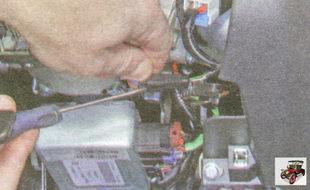 фиксатор разъема жгута проводов антенного блока иммобилайзера