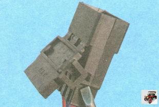 отогните фиксатор разъема жгута проводов от замка зажигания