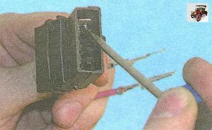 извлеките из разъема клеммы с проводами