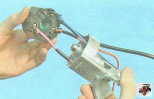 снимите пластмассовую крышку с корпуса замка зажигания