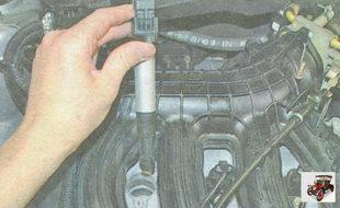 извлеките катушку зажигания из свечного колодца