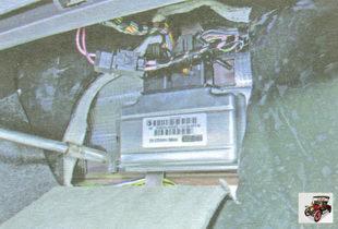 гайки крепления ЭБУ (электронного блока управления) к кузову