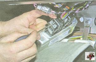 фиксатор скобы крепления разъема жгута проводов
