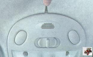 пластмассовый фиксатор крышки блока освещения салона