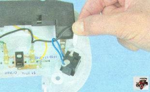 отсоедините клеммы с проводами от выводов неисправного выключателя