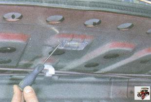 подденьте отверткой плафон освещения багажника