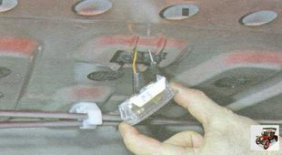 извлеките плафон освещения багажника из кузова