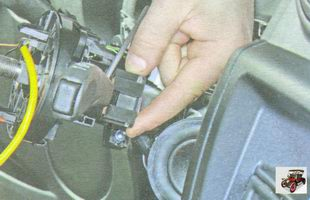 фиксатор разъема жгута проводов правого подрулевого переключателя