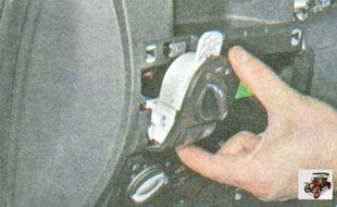 отведите блок управления освещением от панели приборов на длину жгута проводов