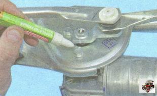 пометьте взаимное расположение вала моторедуктора стеклоочистителя и кривошипа