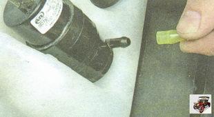 отсоедините шланг от штуцера насоса омывателя лобового стекла