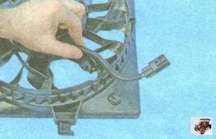 извлеките жгут проводов из держателей на кожухе вентилятора охлаждения радиатора