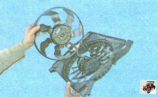 извлеките вентилятор охлаждения радиатора из кожуха