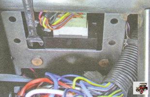 гайки крепления блока управления электрооборудованием салона