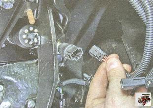 фиксатор разъема проводов выключателя стоп-сигналов