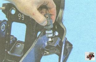 снимите выключатель стоп-сигналов с кронштейна педали тормоза