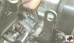 выверните датчик давления масла из головки блока цилиндров