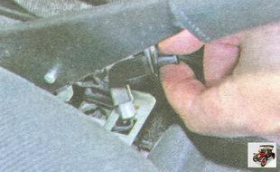 извлеките выключатель стояночного тормоза из кронштейна