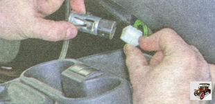 фиксатор разъема жгута проводов патрона прикуривателя