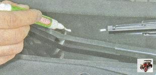 пометьте положение щеток стеклоочистителя на лобовом стекле