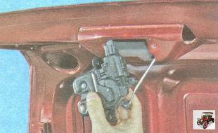 отведите замок крышки багажника на длину жгута проводов