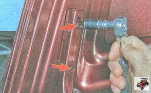 гайки (по две с каждой стороны) крепления крышки багажника к петлям