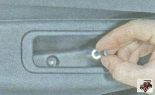 винт крепления обшивки к двери