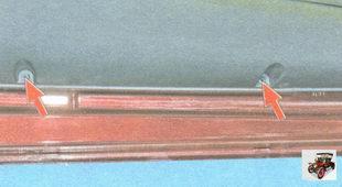 винты нижнего крепления обшивки к внутренней панели двери