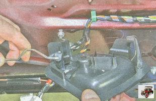 снимите внутреннюю ручку передней двери Лада Гранта ВАЗ 2190