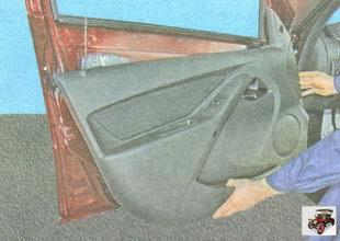 снимите обшивку передней двери Лада Гранта ВАЗ 2190