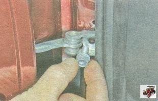 болт крепления ограничителя открывания двери к стойке кузова