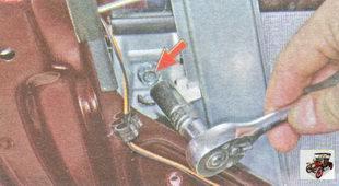 выверните два болта держателей стекла на ползунах стеклоподъемника